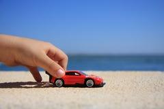 Giocando con l'automobile Immagini Stock