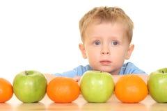Giocando con la frutta immagine stock