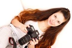 Giocando con la macchina fotografica nel letto Immagini Stock