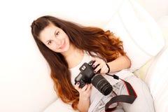Giocando con la macchina fotografica nel letto Immagini Stock Libere da Diritti