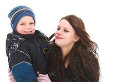 Giocando con la mamma nella neve immagini stock libere da diritti