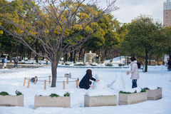 Giocando con la neve, Yokohama, Giappone Immagine Stock