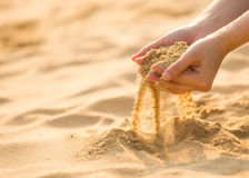 Giocando con la sabbia sulla spiaggia Immagine Stock