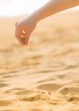 Giocando con la sabbia sulla spiaggia Fotografie Stock