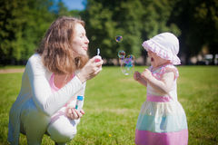 Giocando con le bolle della minestra Fotografie Stock