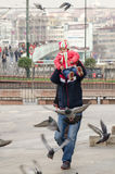 Giocando con le colombe Fotografie Stock Libere da Diritti