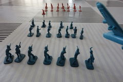 Giocando con le figure del soldato e gli aerei (i) Fotografia Stock Libera da Diritti