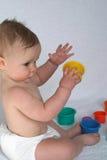 Giocando con le tazze Immagine Stock
