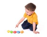 Giocando con le uova di Pasqua Fotografie Stock Libere da Diritti