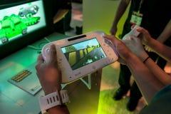 Giocando con Nintendo WiiU a E3 2012 Fotografie Stock
