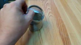 Giocando con una molla del giocattolo archivi video