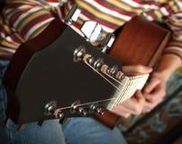 Giocando la chitarra vedi l'altra foto Fotografia Stock
