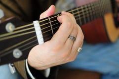 Giocando la fine della chitarra in su Fotografia Stock Libera da Diritti