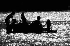 Giocando nel fiume Immagini Stock