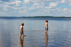Giocando nel lago Fotografia Stock Libera da Diritti