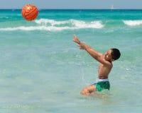 Giocando nel mare Fotografie Stock Libere da Diritti