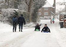 Giocando nella neve di inverno immagini stock libere da diritti