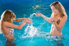 Giocando nella piscina immagine stock