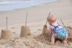 Giocando nella sabbia Fotografie Stock Libere da Diritti