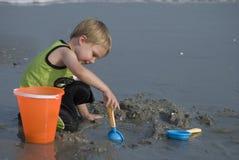 Giocando nella sabbia Immagini Stock Libere da Diritti