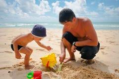 Giocando nella sabbia Fotografia Stock