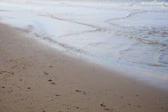 Giocando nella sabbia alla spiaggia fotografie stock