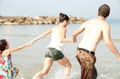 Giocando nella spiaggia Immagini Stock