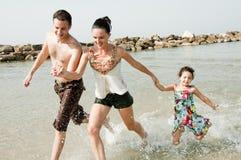 Giocando nella spiaggia Fotografia Stock Libera da Diritti