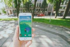 Giocando Pokemon vada gioco Fotografia Stock