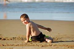 Giocando in sabbia della spiaggia Fotografie Stock Libere da Diritti
