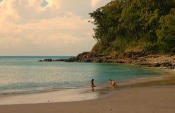 Giocando sulla spiaggia Fotografia Stock Libera da Diritti