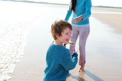 Giocando sulla spiaggia Fotografie Stock Libere da Diritti
