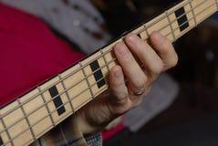Giocando in una chitarra bassa Immagini Stock Libere da Diritti