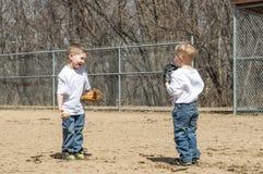 Giocar a baseballe dei ragazzi Fotografie Stock Libere da Diritti