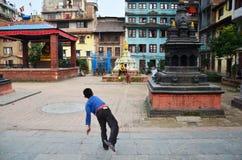 Giocar a baseballe nepalese della gente dei bambini Immagini Stock