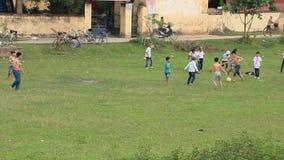 Giocar a calcioe asiatico dei bambini archivi video