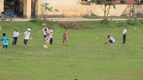 Giocar a calcioe asiatico dei bambini video d archivio