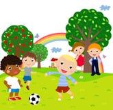 Giocar a calcioe dei bambini Fotografie Stock