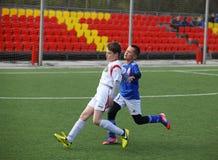 Giocar a calcioe dei ragazzi Immagini Stock Libere da Diritti