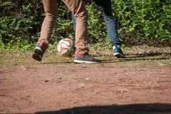 giocar a calcioe di 2 bambini Fotografie Stock Libere da Diritti