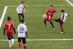 Giocar a calcioe o calcio dei bambini Fotografia Stock Libera da Diritti