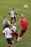 Giocar a calcioe o calcio dei bambini Fotografie Stock