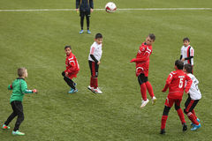 Giocar a calcioe o calcio dei bambini Fotografie Stock Libere da Diritti