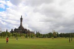 Giocar a calcioe o calcio dei bambini in Bali Immagini Stock Libere da Diritti