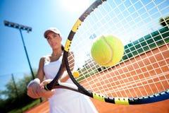 Giocar a tennise Immagine Stock