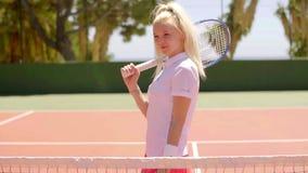 Giocar a tennise biondo attivo attraente della donna archivi video