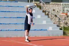 Giocar a tennise caucasico senior dell'uomo Fotografie Stock Libere da Diritti