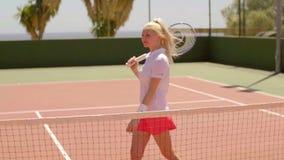 Giocare attivo della giovane donna del tennis archivi video