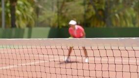 Giocare ben fatto atletico della donna del tennis stock footage