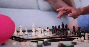 Giocare dei bambini degli scacchi stock footage
